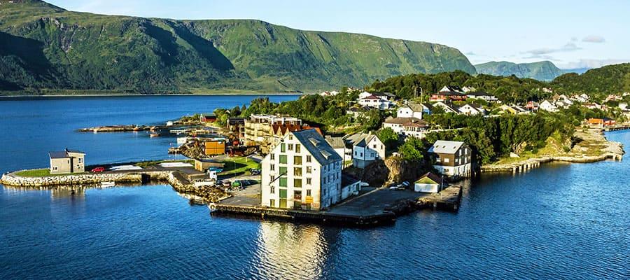 Ilha em meio aos fiordes noruegueses em um cruzeiro para Alesund