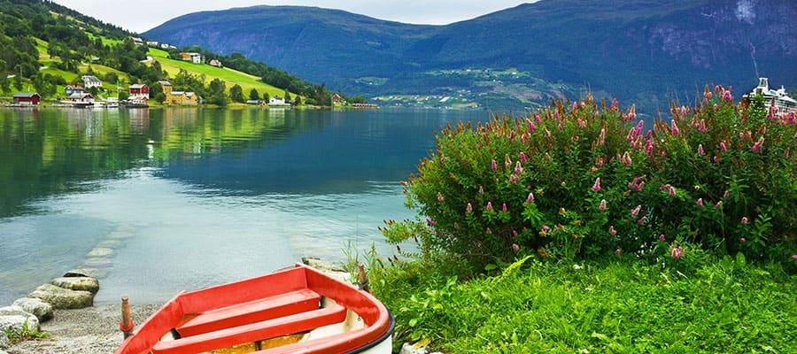 Boot am Strand des Dorfes Olden
