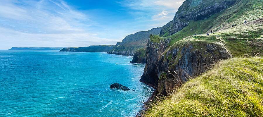 De beaux paysages côtiers lors d'une croisière en Europe