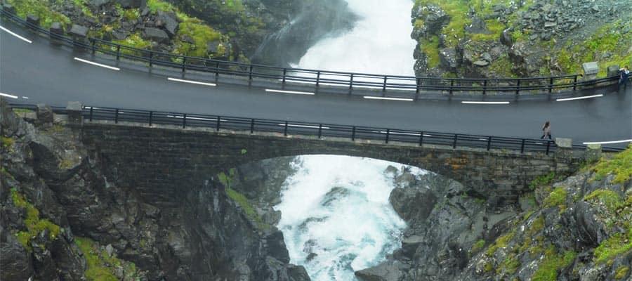 Vistas espectaculares de la cascada Stigfossen en tu crucero a Alesund