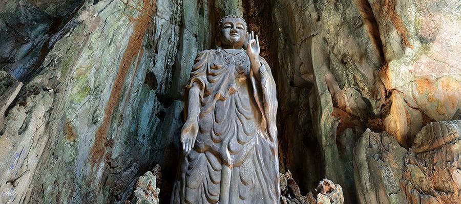 Statua del Buddha in una crociera a Da Nang