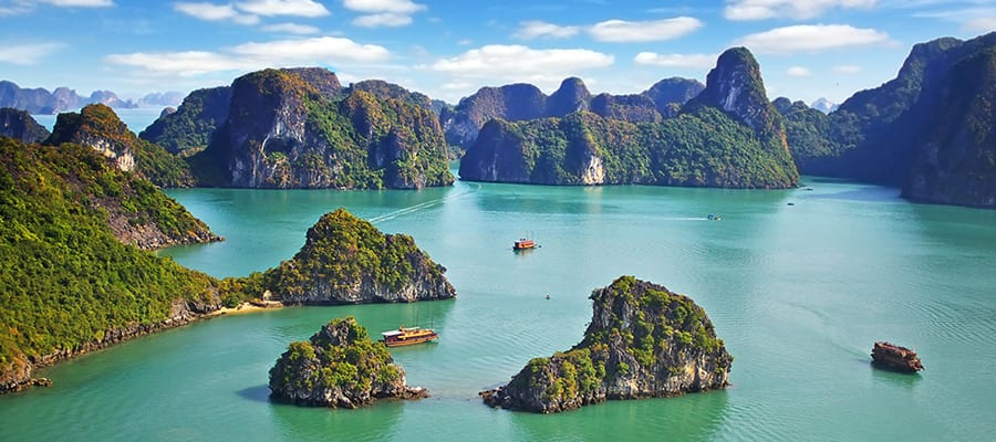 Picturesque sea landscape on your Cruise to Hanoi (Ha Long Bay)