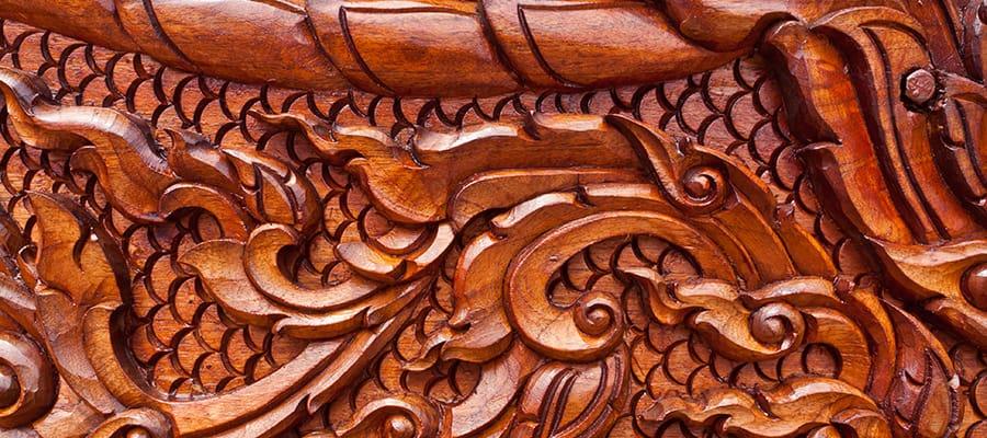 Maravíllate con los tallados en madera de teca en tu crucero a Phuket