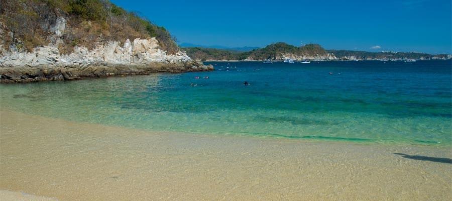 パナマ運河クルーズで訪れる白い砂浜