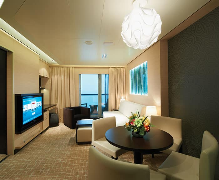 Salon de la cabine The Haven Family Villa 2 chambres avec balcon sur le Norwegian Breakaway