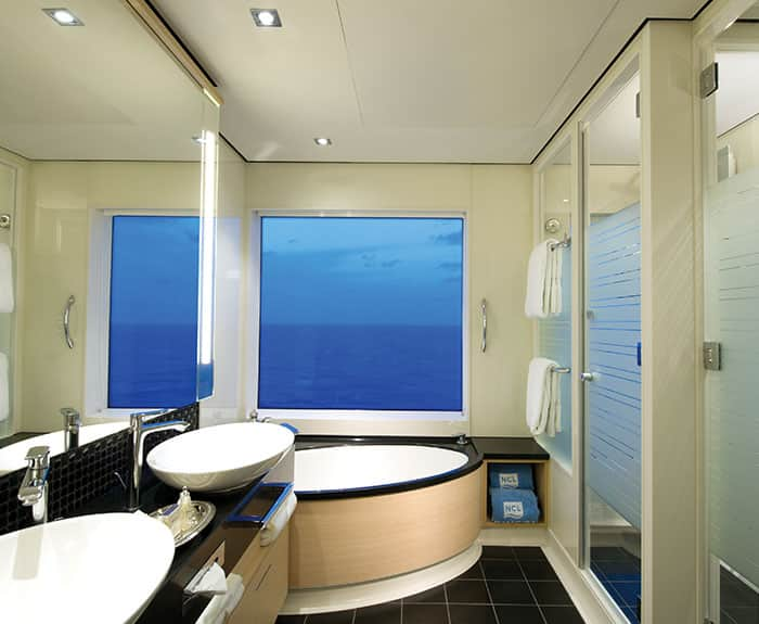 Baño de The Haven villa familiar con balcón, 2 habitaciones en el Norwegian Breakaway