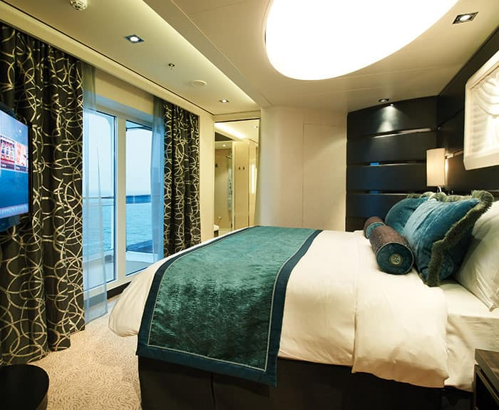 Quarto do Deluxe Owner's Suite com varanda grande do The Haven no Norwegian Getaway