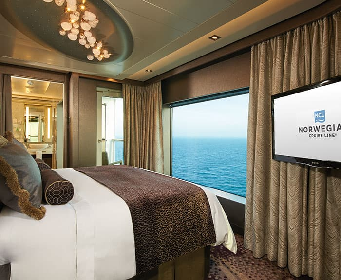 Camera da letto The Haven Deluxe Owners Suite con balcone grande sulla Norwegian Escape