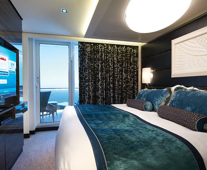 Habitación de The Haven's Owners Suite con balcón grande en el Norwegian Breakaway