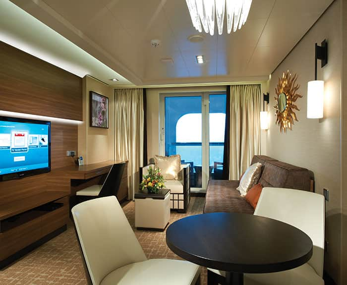 Sala de estar da penthouse de frente para a proa do The Haven no Norwegian Escape