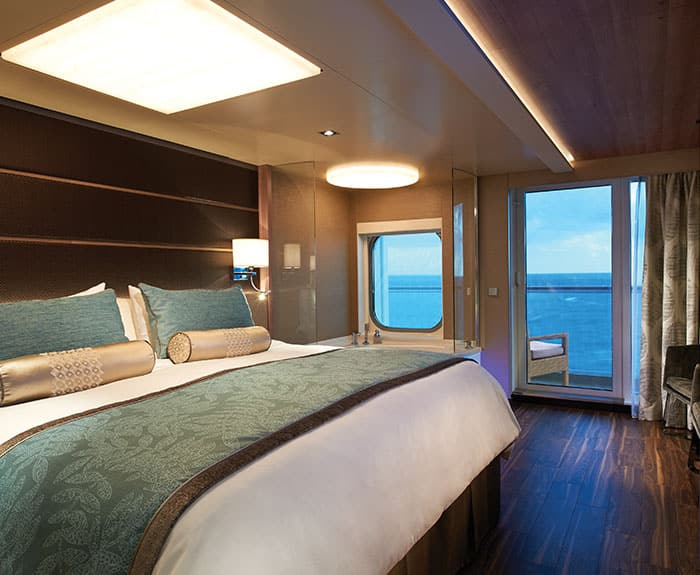 Camera da letto The Haven Deluxe Spa Suite con balcone sulla Norwegian Escape