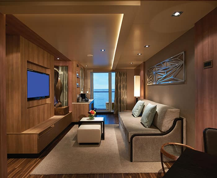 Sala de The Haven's Deluxe Spa Suite con balcón en el Norwegian Escape
