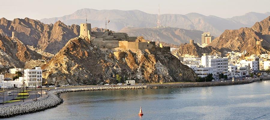 ムトラのコルニーチェを見渡す、岩の丘の上に立つ要塞