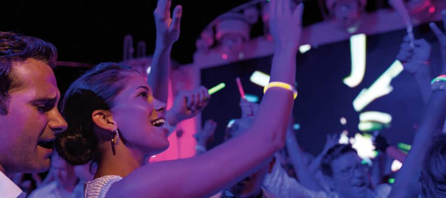 MI.galerie-divertissements-glow-party-on-norwegian-getaway-900x400 - 4
