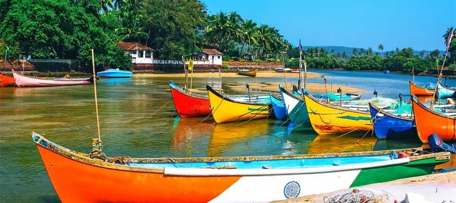 Bateaux de pêche sur la plage lors d'une croisière à Mormugao Goa