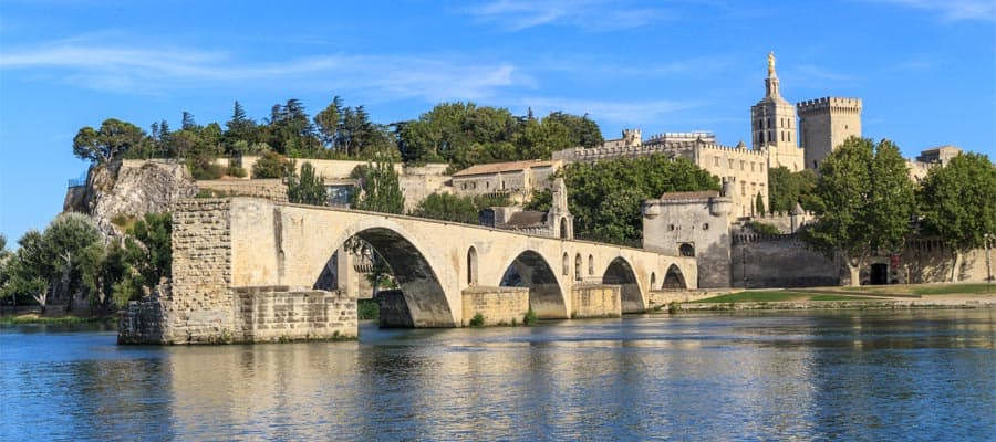 Brücke von Avignon mit dem Papstpalast