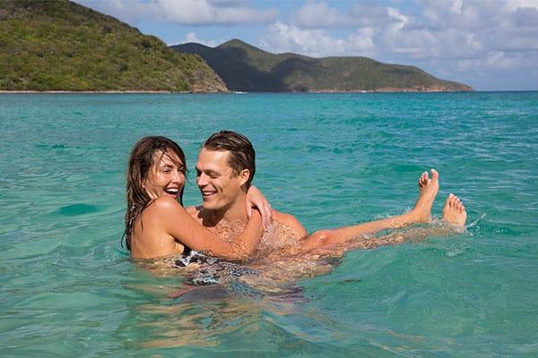 Ein Paar planscht im blauen Ozean
