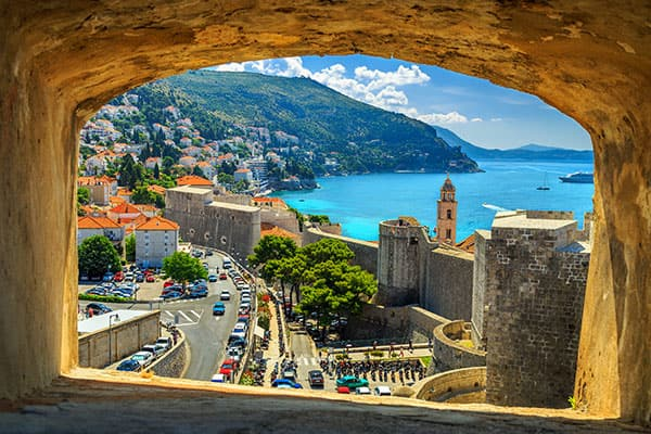 Hermosa ventana con vista de Dubrovnik