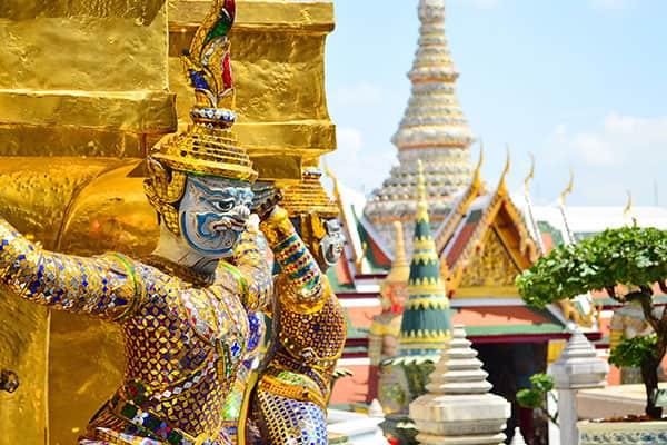 Naviguez vers des pagodes dorées en Thaïlande