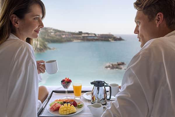 客室で朝食を楽しむ
