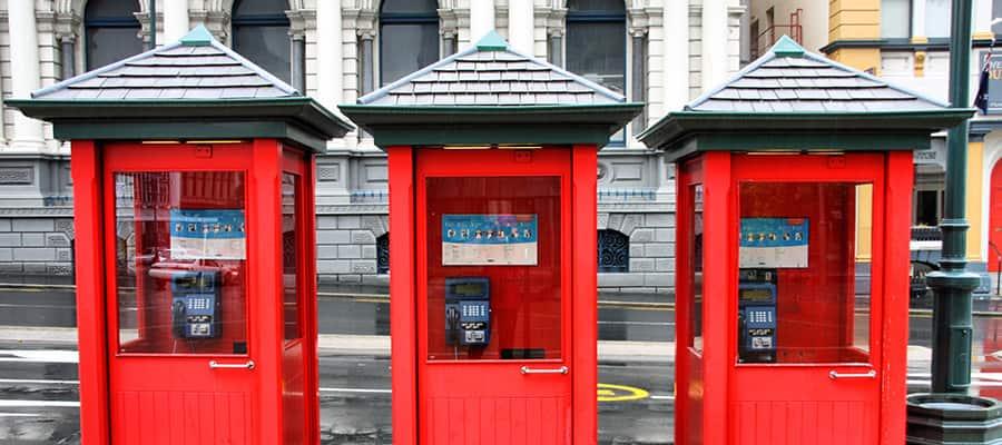 Cabines telefônicas vermelhas em um cruzeiro para Dunedin