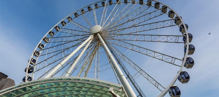 נופים מושלמים נצפים מראש גלגל הענק בסיאטל כאשר אתם מפליגים לסיאטל
