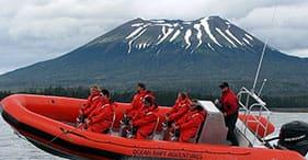 Aventura com bote no oceano