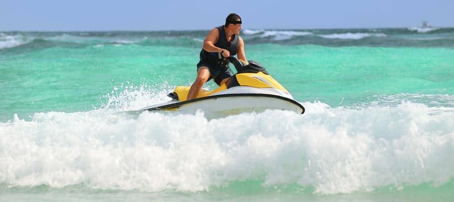 Faites du jet-ski lors de votre croisière aux Caraïbes