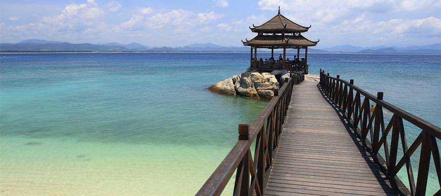 Puente peatonal hasta pabellón en la playa de la isla Wuzhizhou en cruceros a Sánya