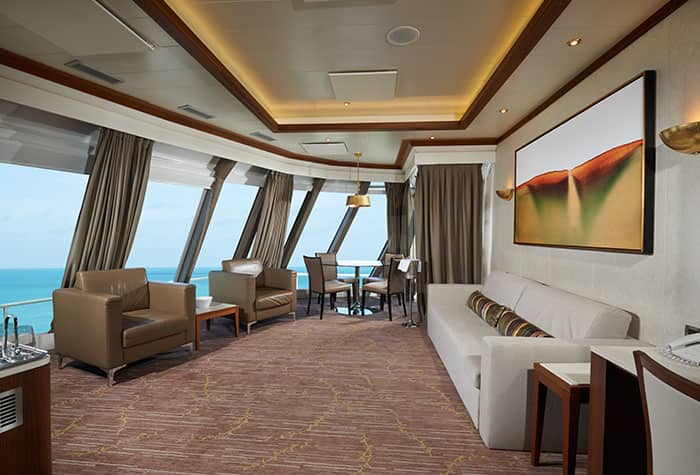 Sala de estar da Owners Suite Deluxe do Norwegian Dawn