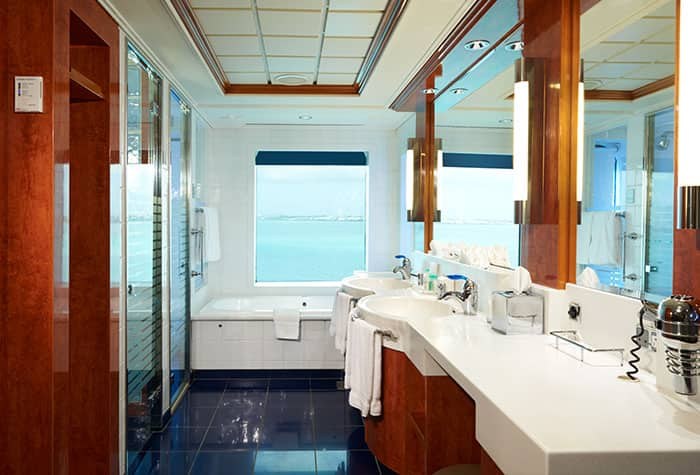Cuarto de baño de la suite familiar con 2 dormitorios en el Norwegian Dawn