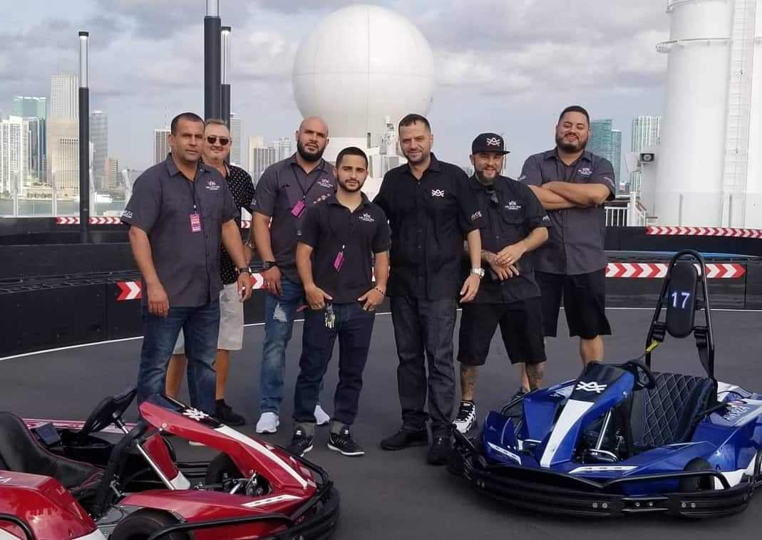 Alex Vega y The Auto Firm personalizan autos de carrera a bordo del Norwegian Bliss (video)