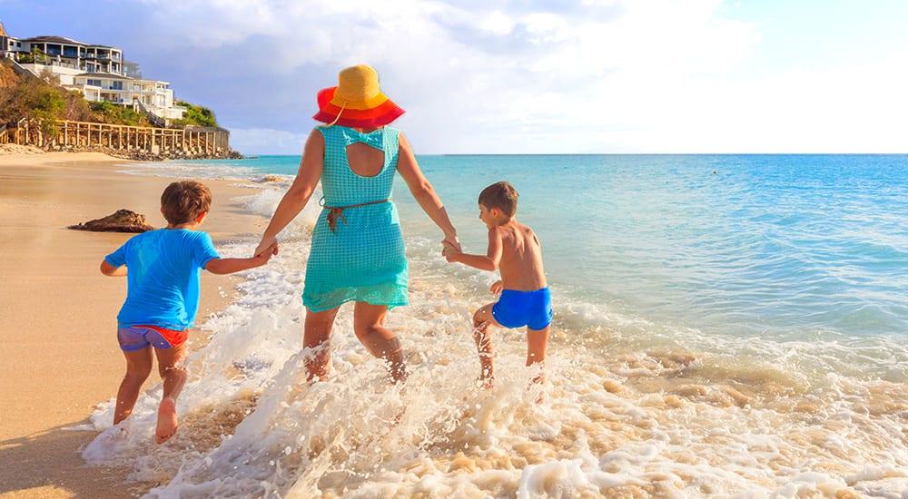 Una familia jugando en una playa del Caribe